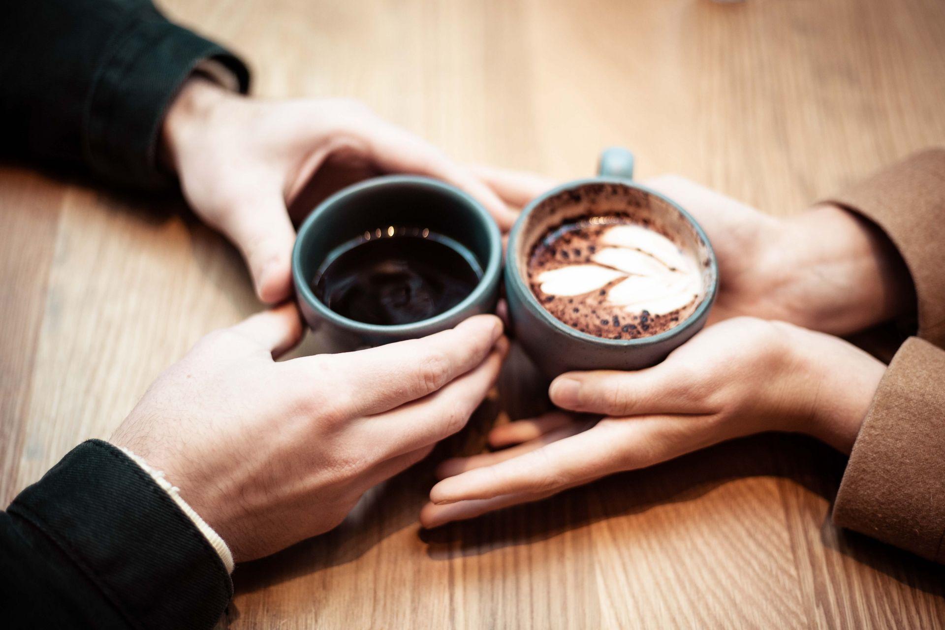 Pärchen trinkt gemeinsam Kaffee