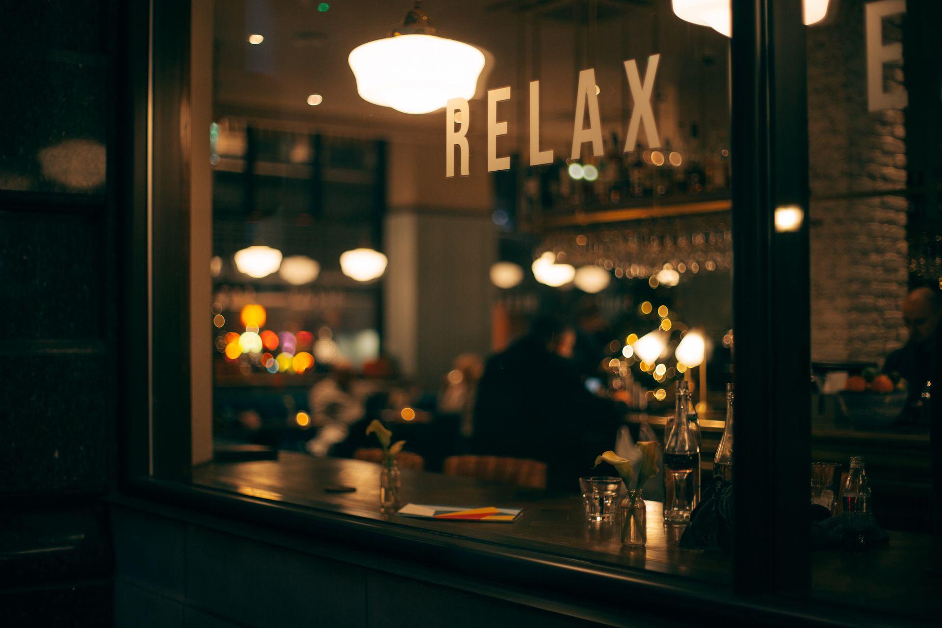 Beleuchtetes Café am Abend