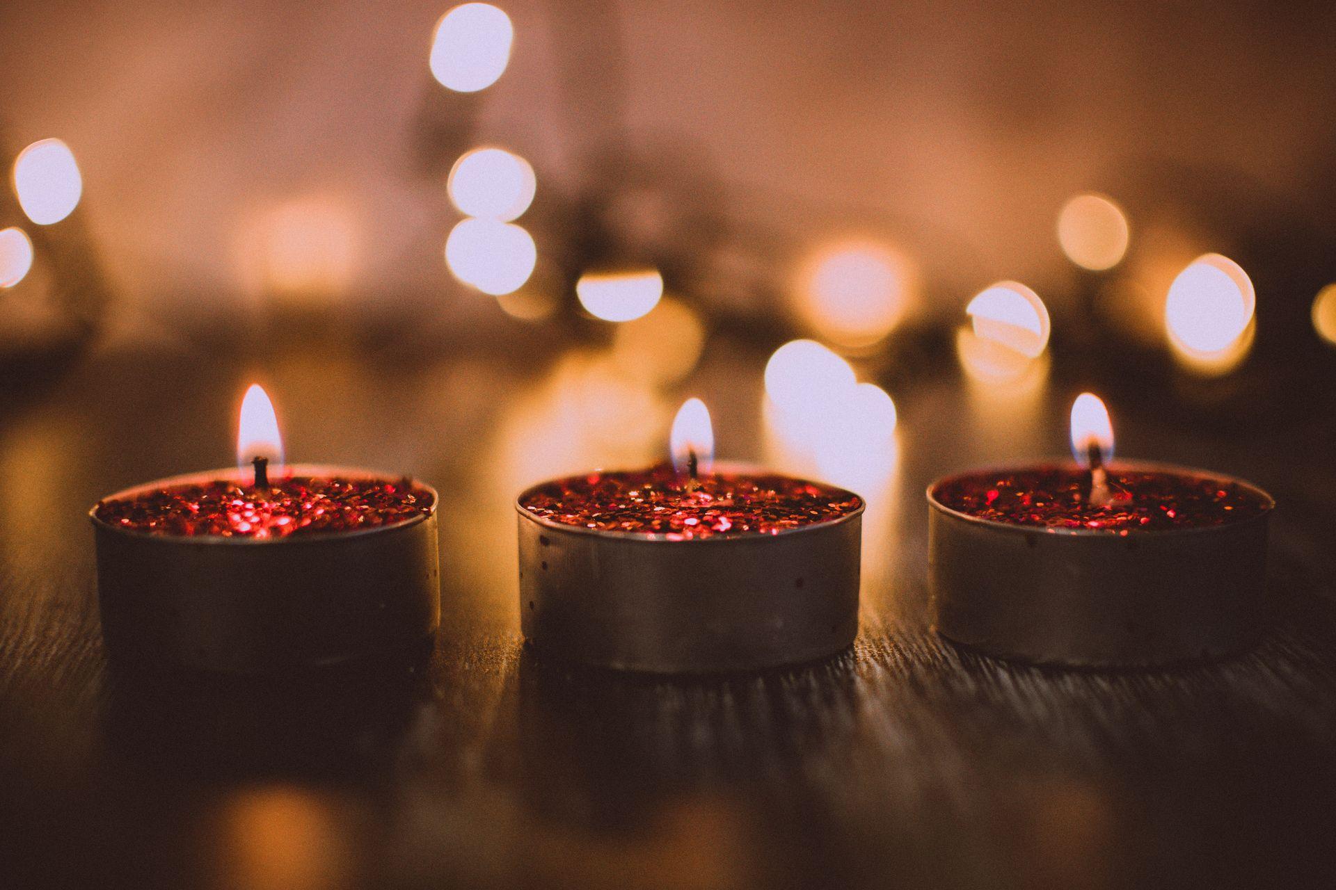 Makroaufnahme von brennenden Kerzen
