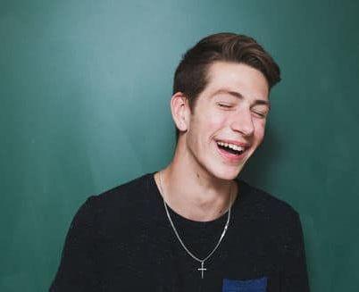 Lachender junger Mann