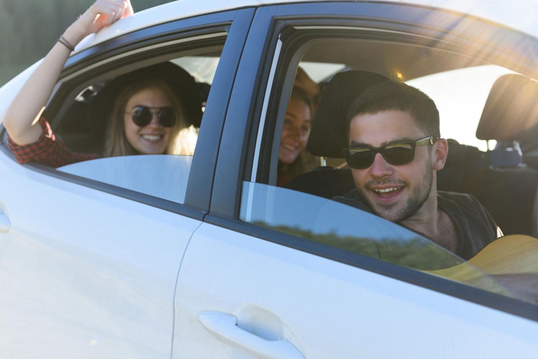 Junge Leute im Auto