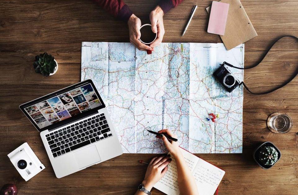 Vorbereitung auf Reise mit Landkarte