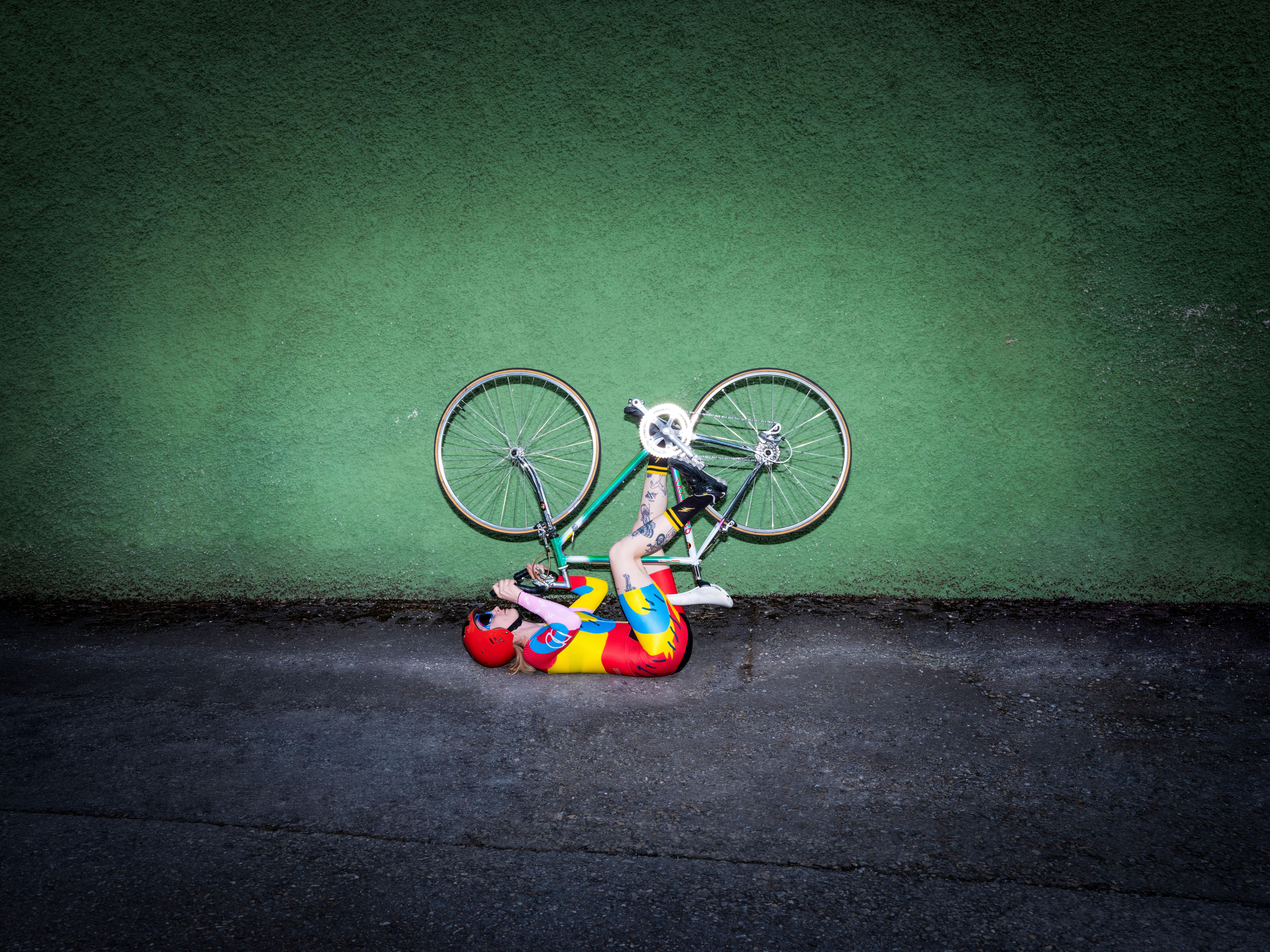 Frau fährt am Rücken liegend Fahrrad