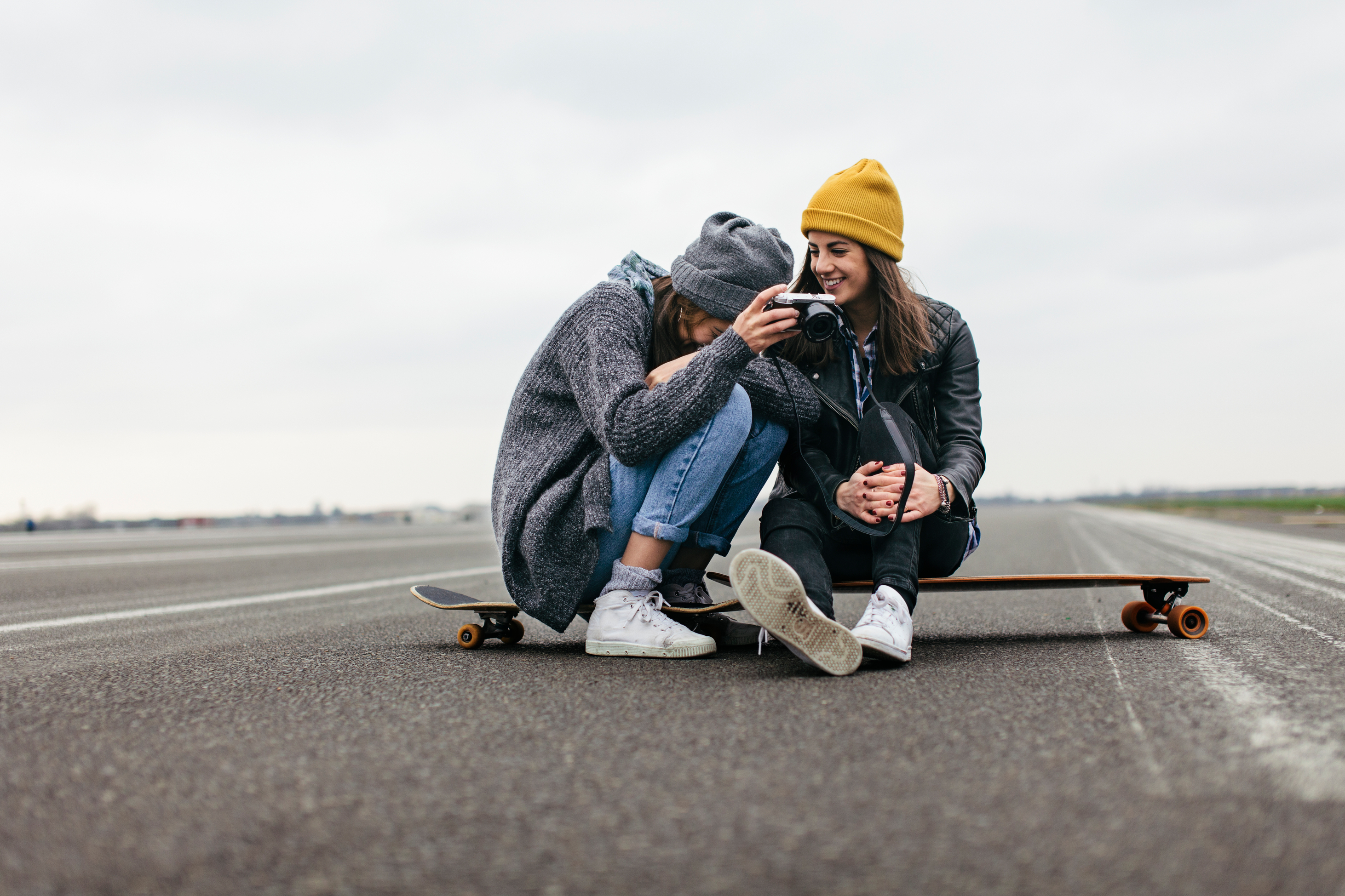 Zwei Mädchen auf einem Longboard