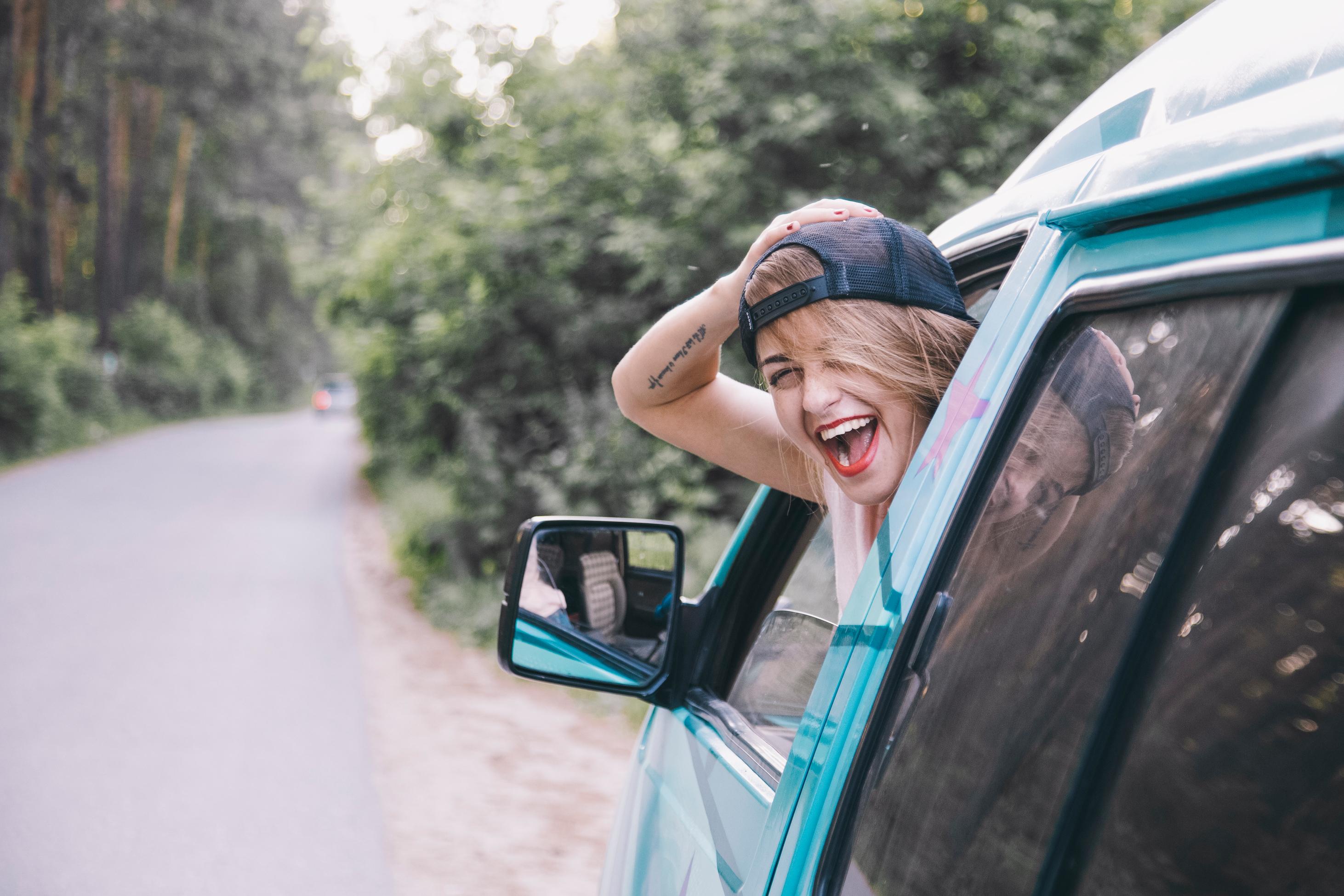 Junge Frau in einem alten VW Bus