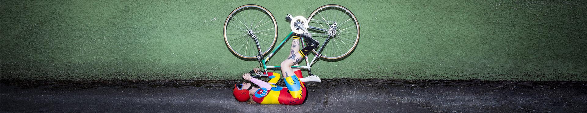 Bikerin fährt am Rücken liegend Fahrrad