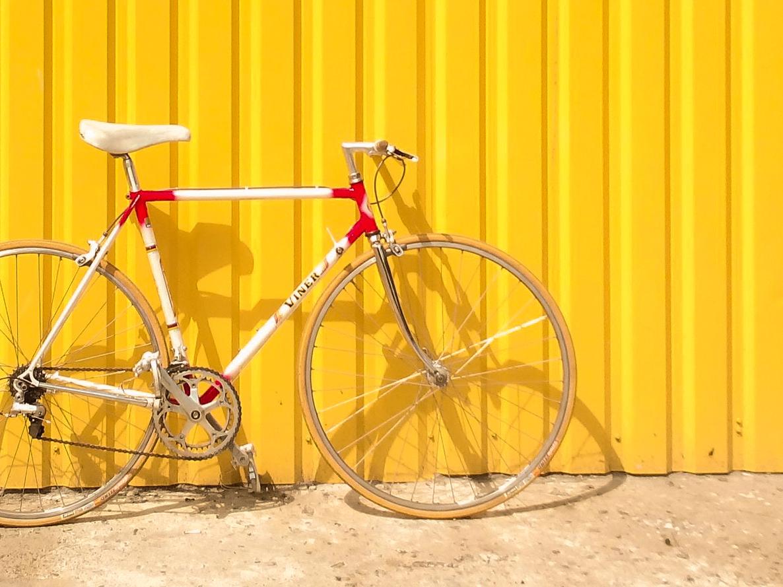 Rennrad vor gelbem Hintergrund