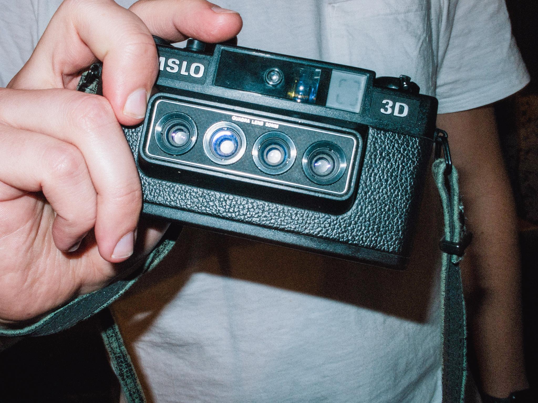 Junger Mann hält Kamera