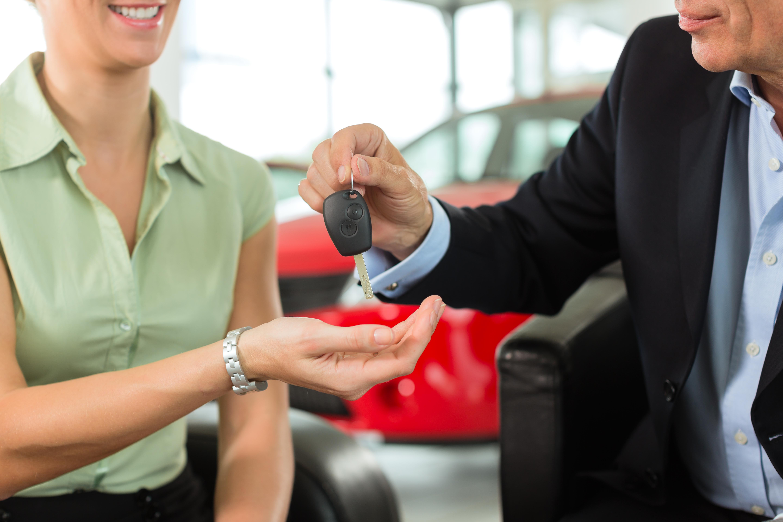 Schlüsselübergabe für neues Auto