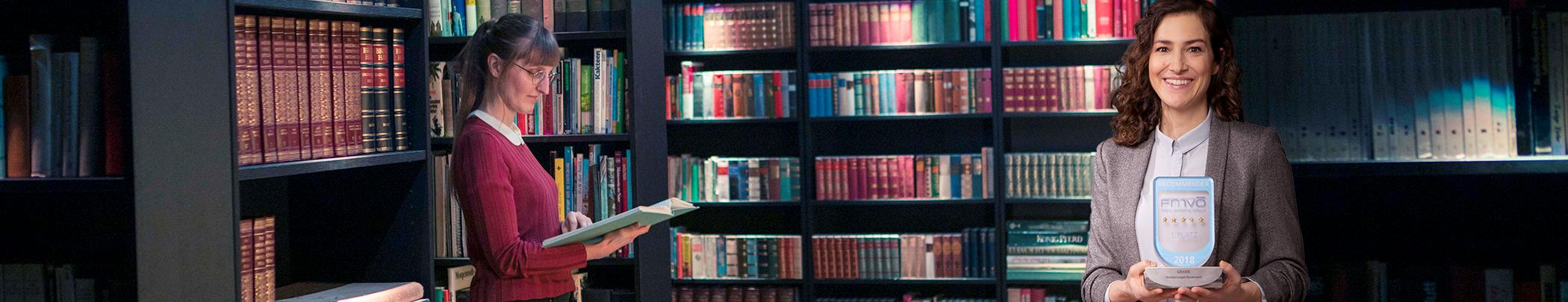 Frau in einer Bibliothek