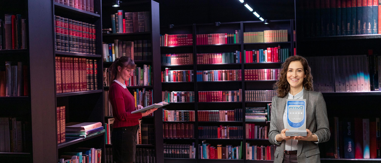 2 Frauen in einer Bibliothek