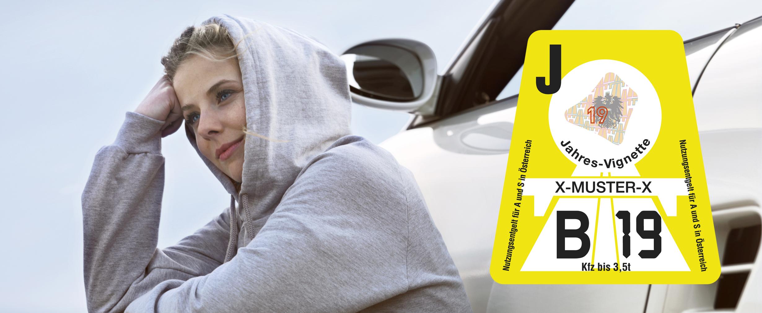 Frau sitzend vor Auto, Vignette 2019 im Bild