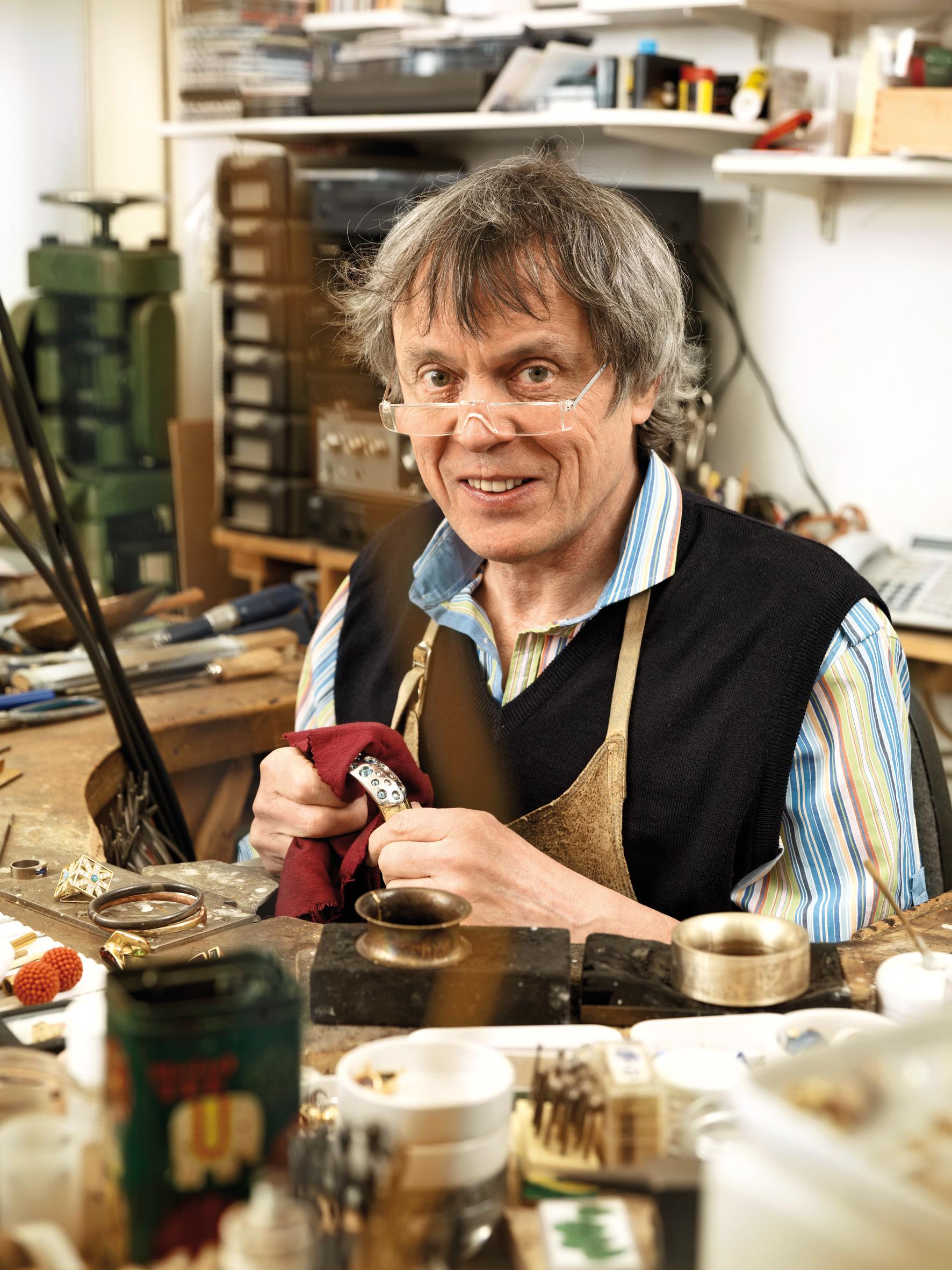 Goldschmied in seiner Werkstatt