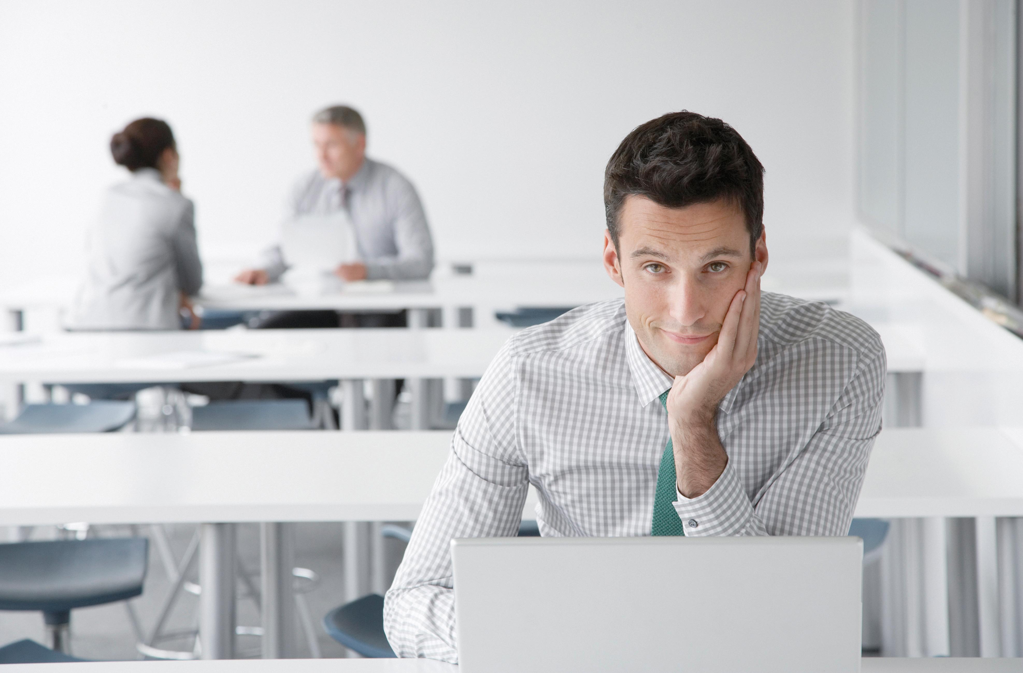Dunkelhaariger Mann sitzt vor Computer