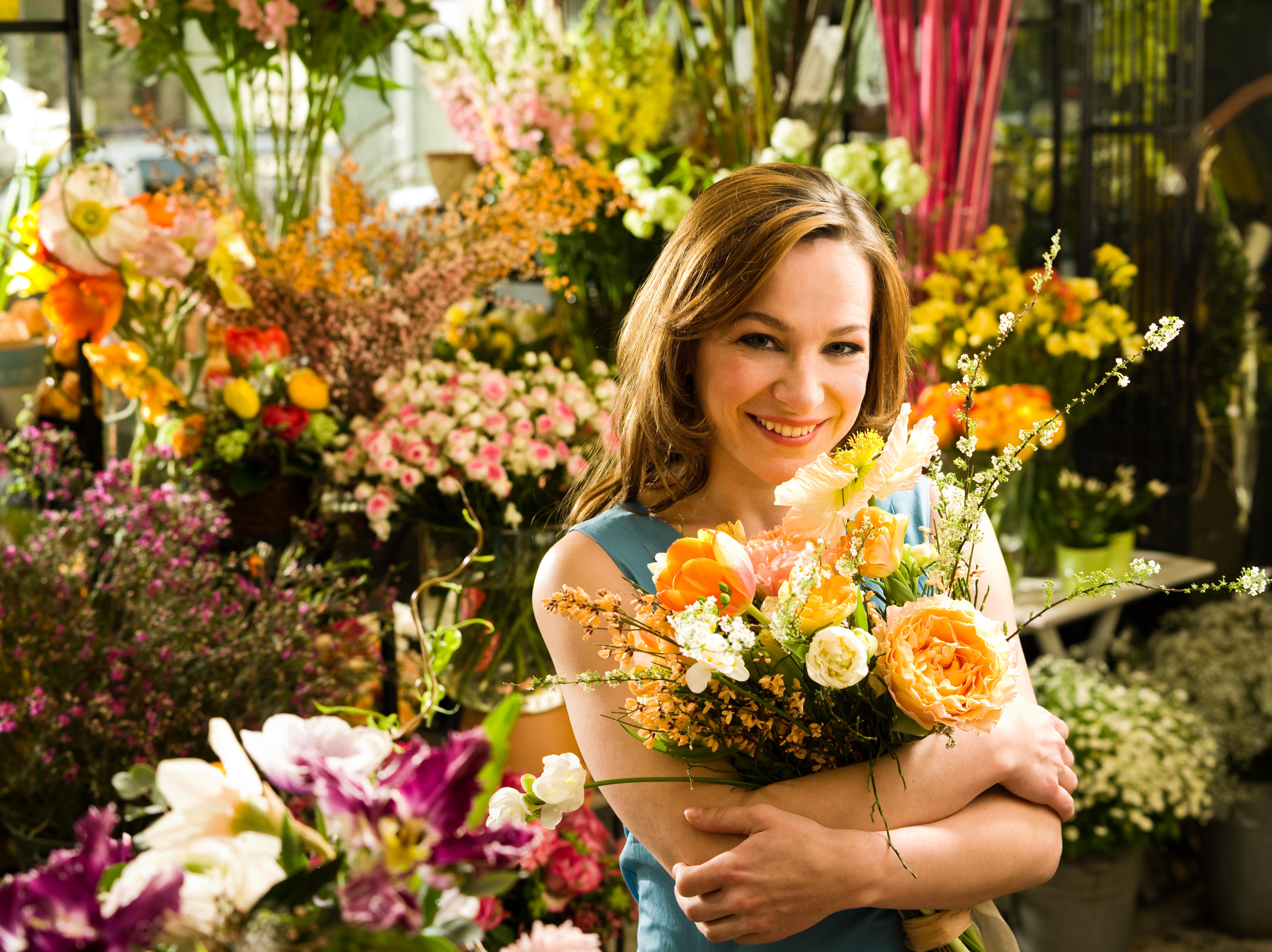 Dunkelhaarige Frau mit Blumen