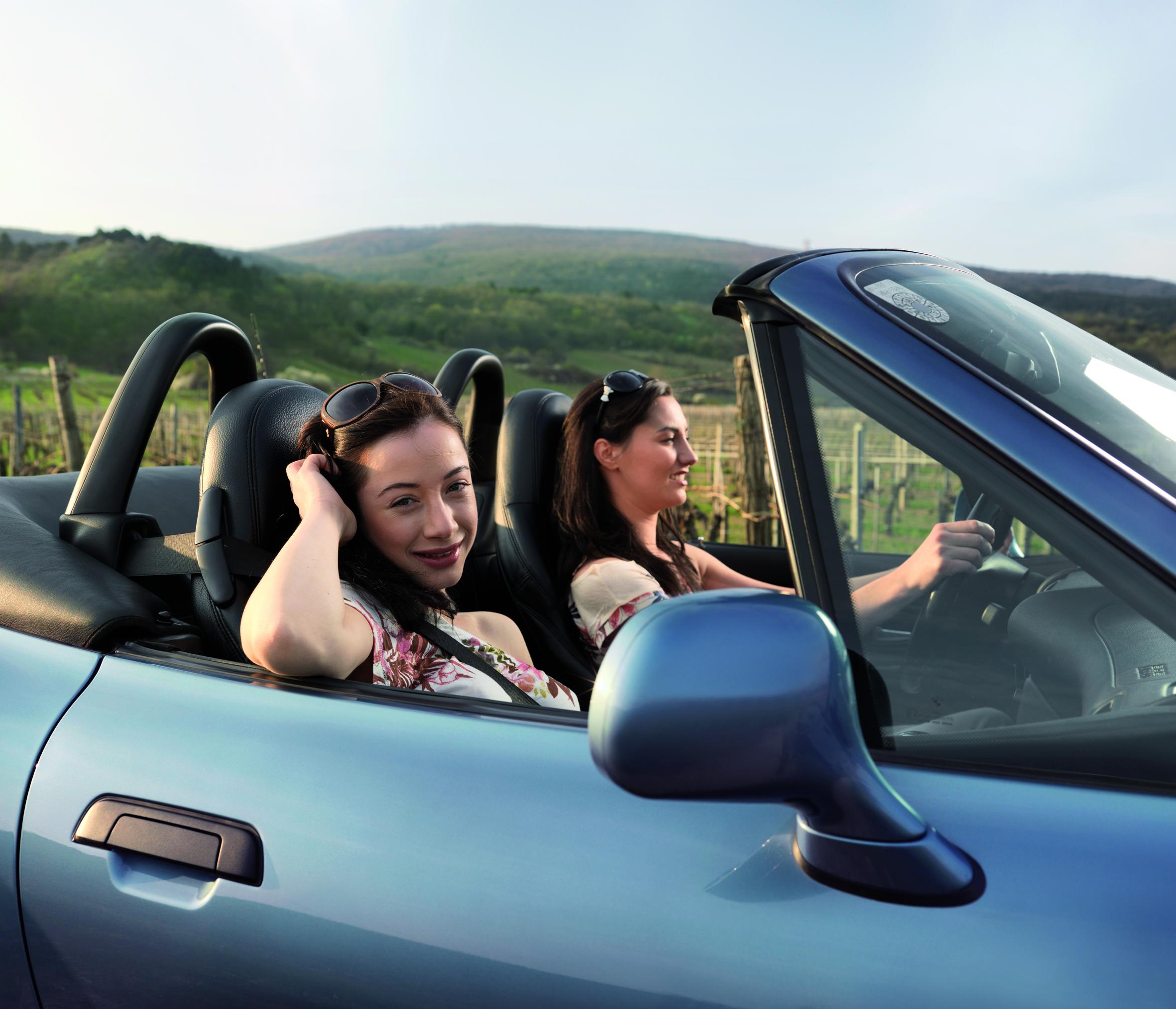 Zwei Junge Frauen in einem blauen Cabrio