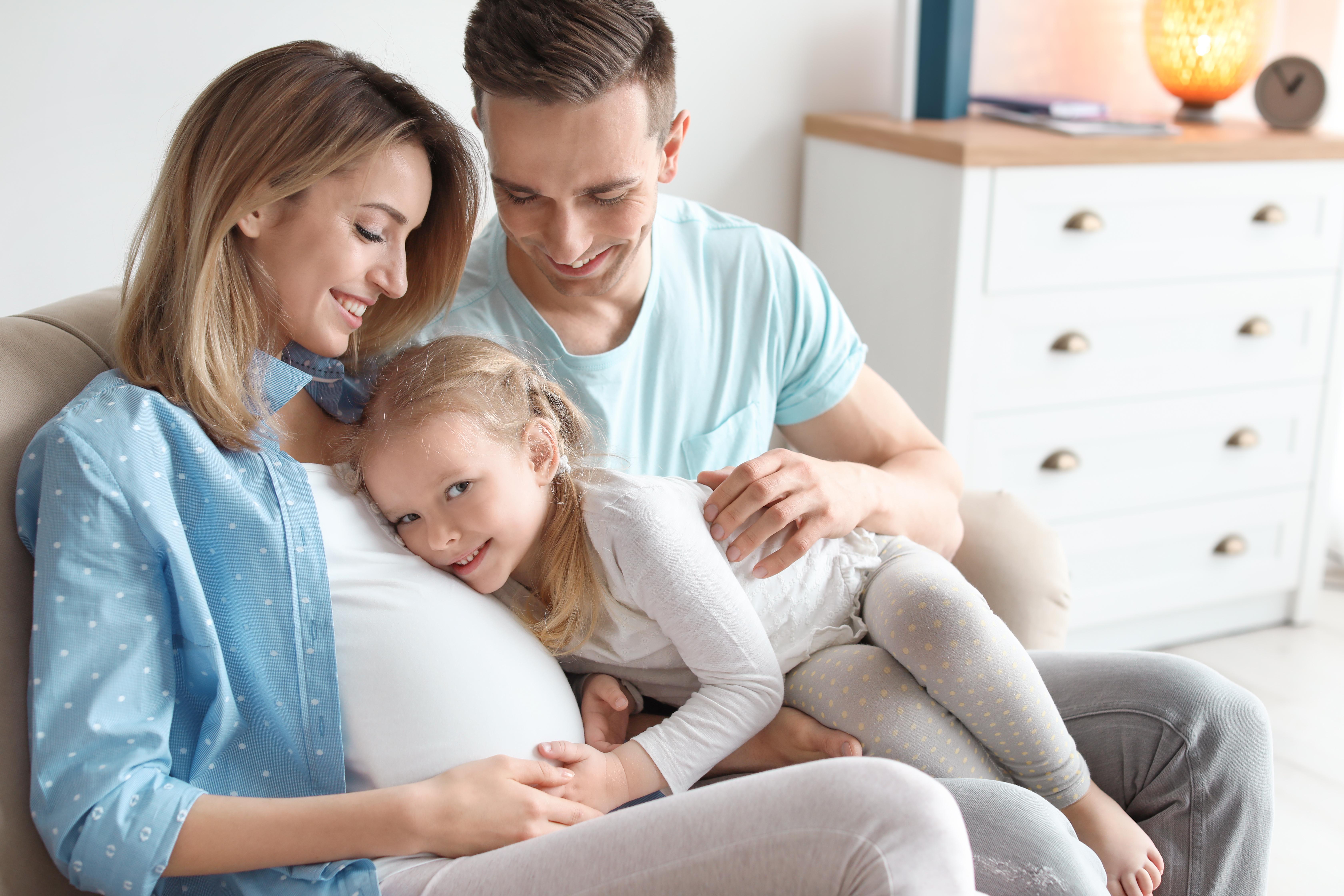 Mutter, Vater und Tochter auf der Couch