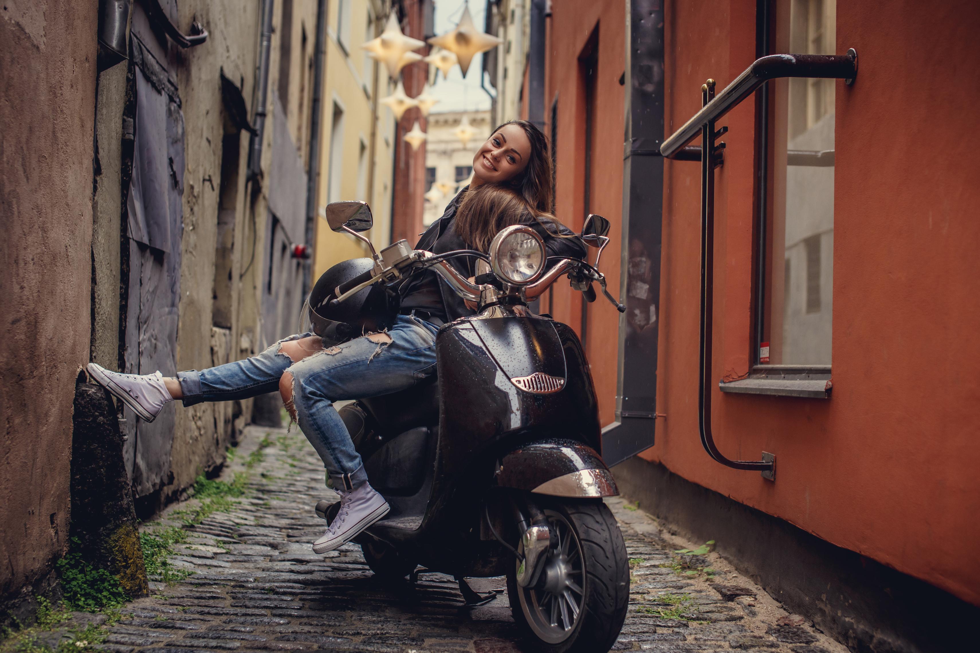Junge Frau posiert auf Moped