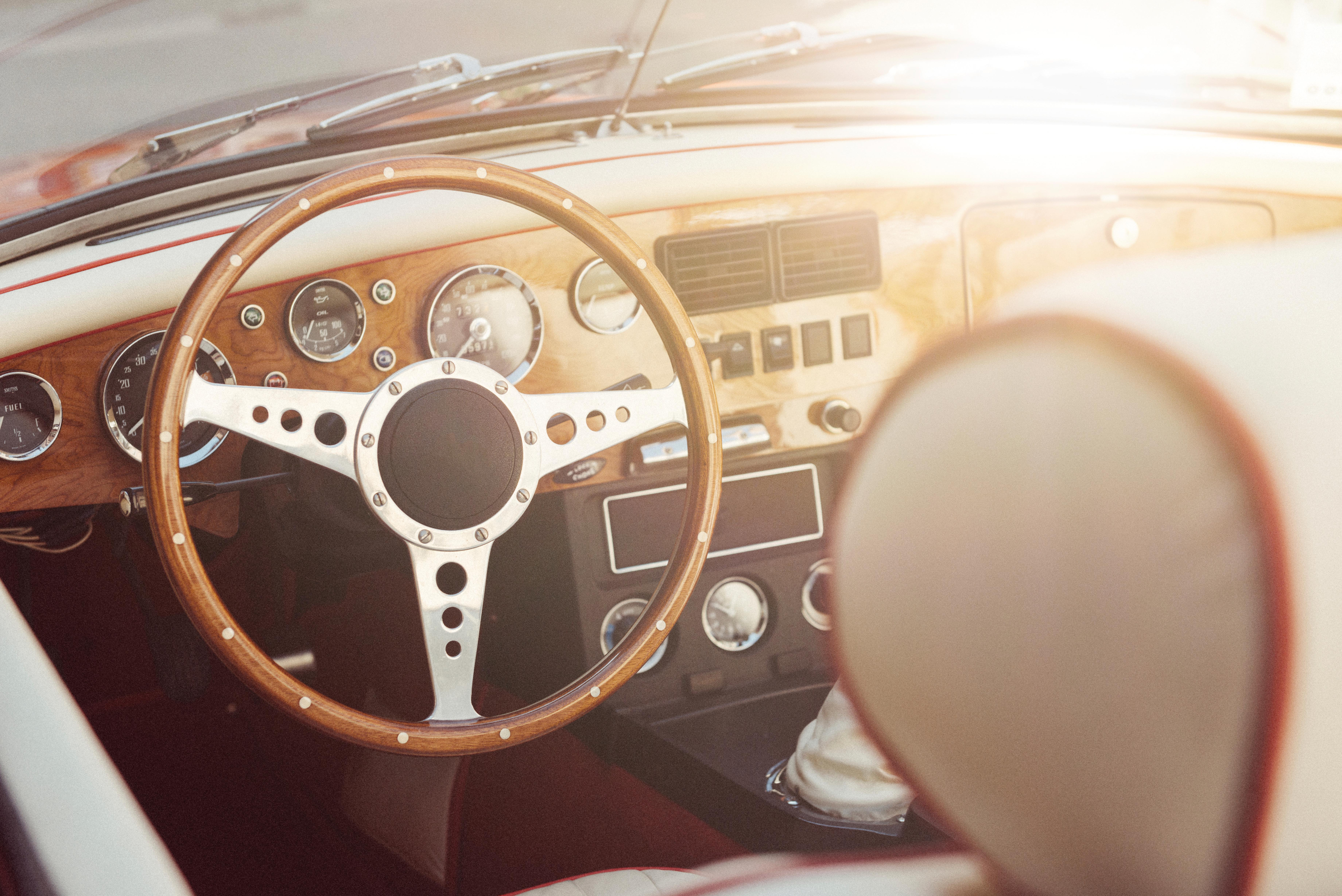 Blick in ein Oldtimer-Cockpit