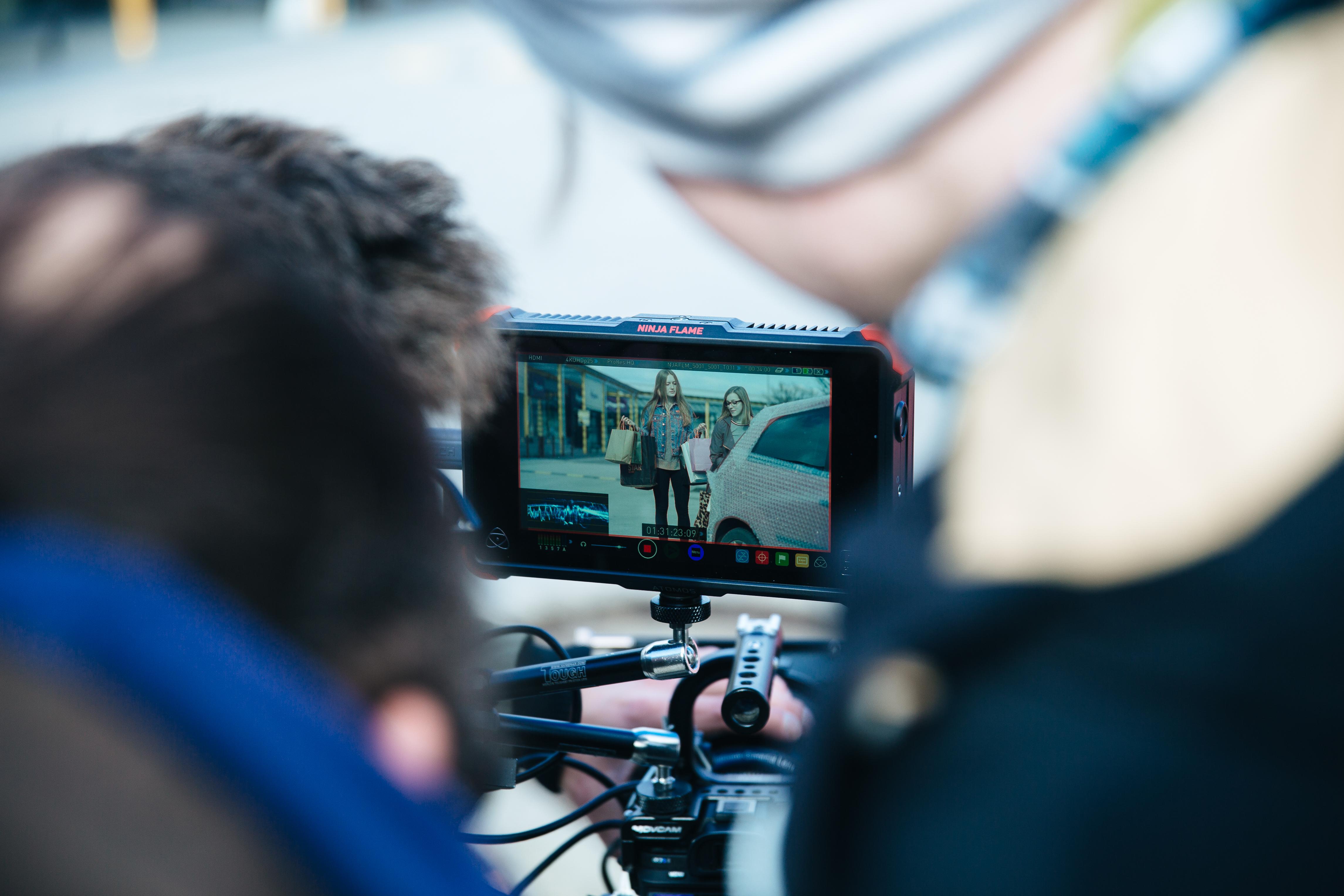 Ausschnitt eines Videodrehs am Bildschirm einer Kamera
