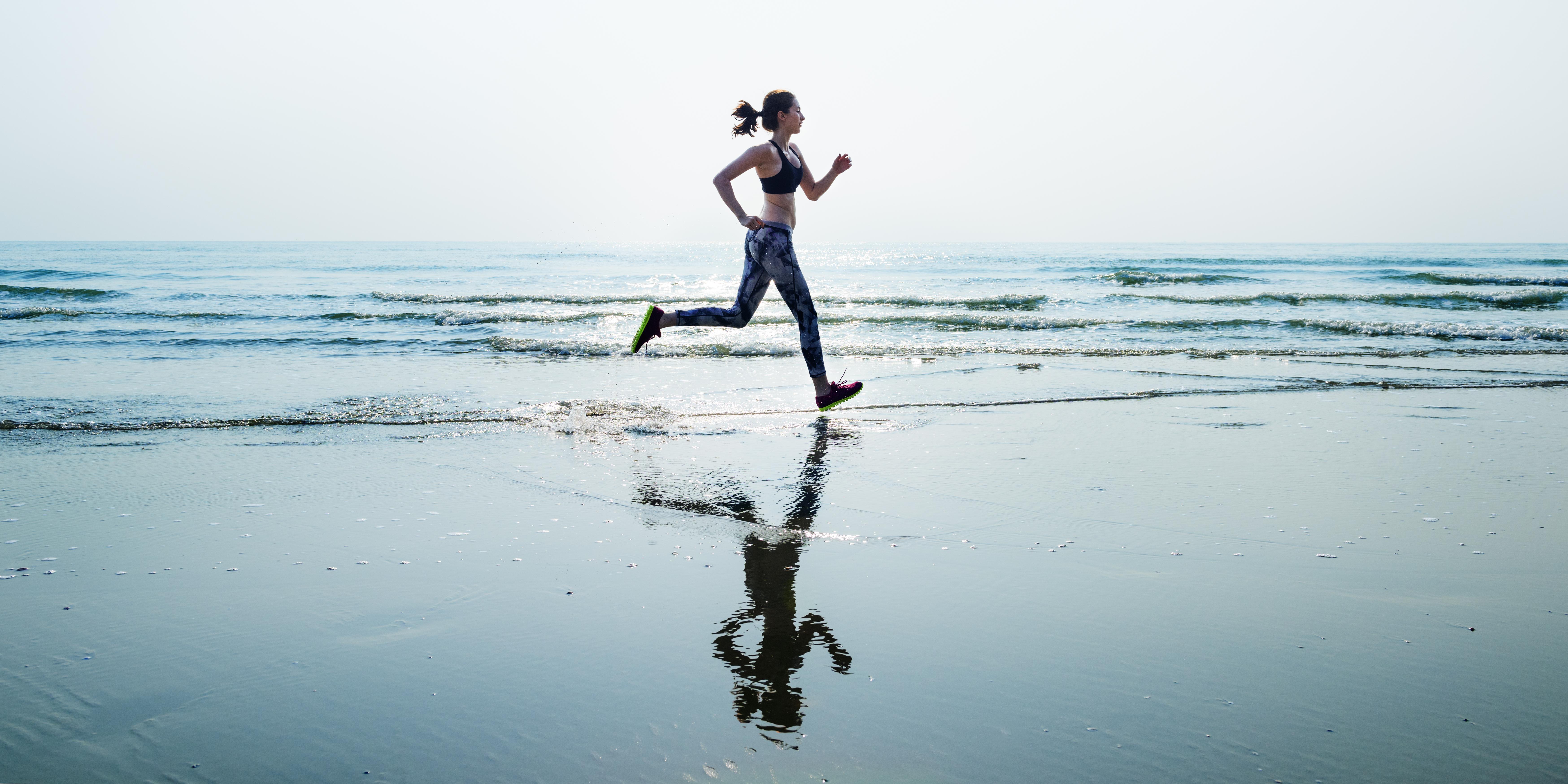 Joggende Frau am Strand
