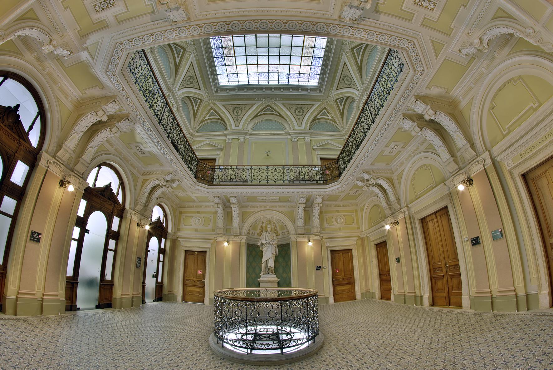 Foyer der GRAWE mit Statue von Erzherzog Johann